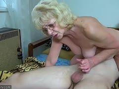 BBW Granny wichst sich ihr altes Loch mit Dildo