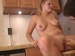 Heiße reife in der Küche gefickt