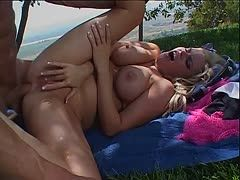 Outdoor Analsex für fickbereite Blondine